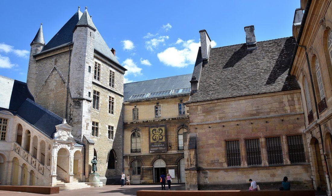 Dijon - Palais des Ducs et des Etats de Bourgogne - Cour de Bar  http://fr.wikipedia.org/wiki/Palais_des_ducs_de_Bourgogne